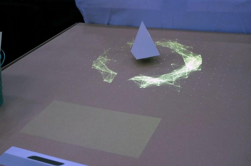 Rayは磁気で浮上する物体にプロジェクションマッピングを行なうデモを行なった