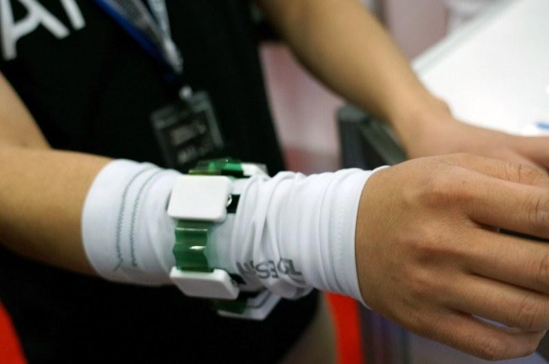 AI SILKは通電性のシルクを展示。これを活用すると、服に電極機能を持たせることができるので、着ているだけで生体データを取得するなどの使い方が可能になる