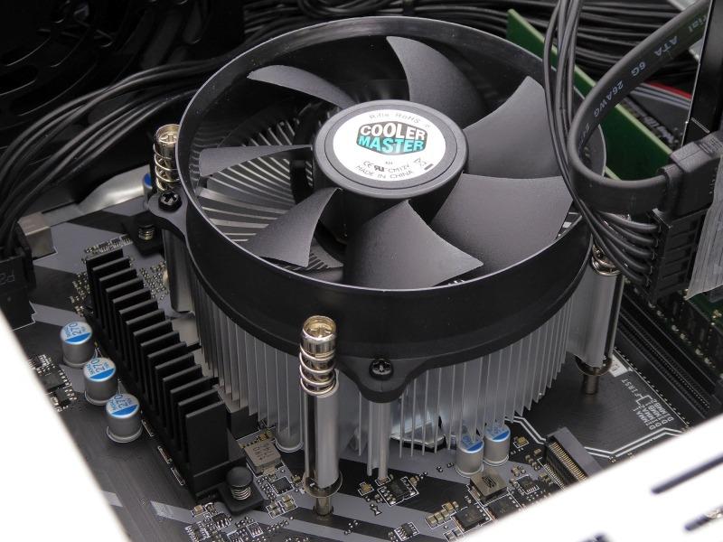 CPUクーラーはCooler Master製で「X Dream」シリーズのものと思われるが製品カタログには掲載されていないタイプ。低回転のうちは静かだが、負荷が上がり高回転になるとやや動作音が大きくなる