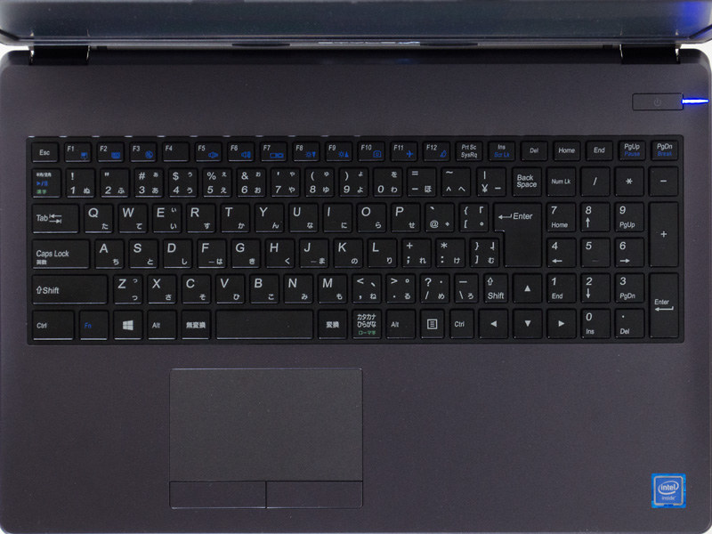 キーボードはテンキー付きのアイソレーションタイプ。タッチパッドは2ボタン式