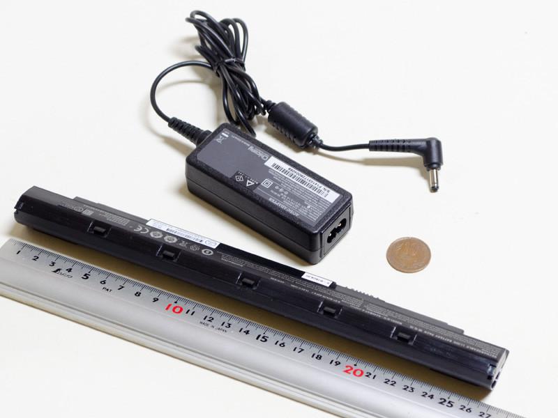 ACアダプタのサイズは約90×35×25mm(幅×奥行き×高さ)、重量146g、出力19V/2.1A。バッテリの重量は210g