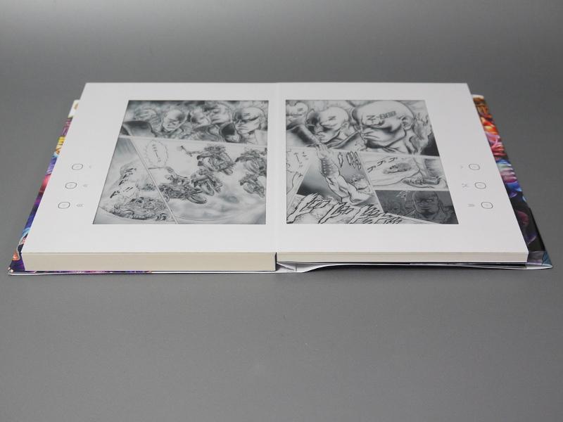本を開いた状態。左右の厚みは均等ではなく、向かって左、電池を内蔵している側が若干厚みがある ©武論尊・原哲夫 / NSP 1983, 版権許諾証GZ-907