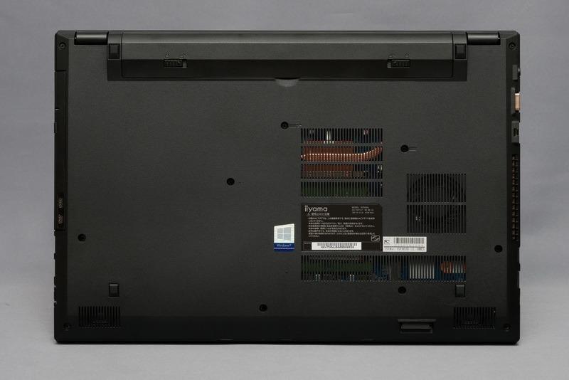 底面。フットプリントは、379×257mm(幅×奥行き)で、特別コンパクトというわけではない