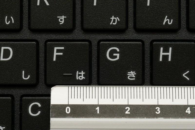 テンキー搭載が影響してか、主要キーのキーピッチは約18mmとフルサイズに届いていない