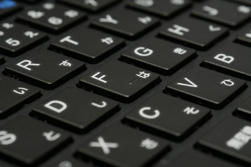 ストロークは1.5mmほどあり、クリック感もしっかりしているが、やや柔らかめのタッチで、キーボード面にしなりが感じられる点はやや気になる