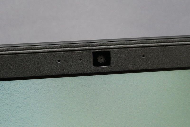 ディスプレイ上部中央に100万画素のWebカメラを搭載
