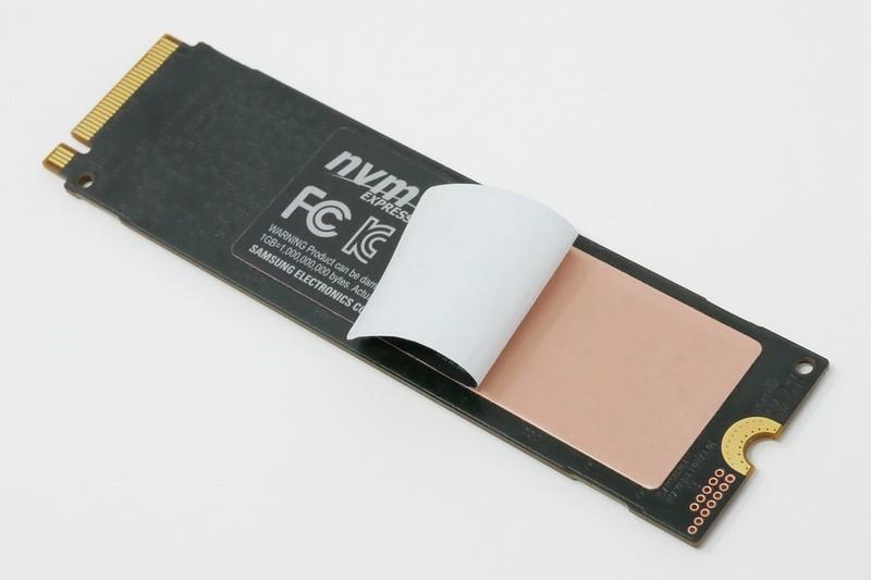 従来モデル同様に、基板裏面に銅箔を積層したラベルを貼ることで、熱の発散性を高めている(※メーカーより許諾を得てシールを剥がしていますが、ユーザーが剥がすと保証が無効となります)