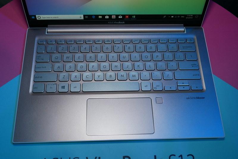 キーボードはアイソレーションタイプ。Windows Hello対応の指紋認証センサーも搭載する