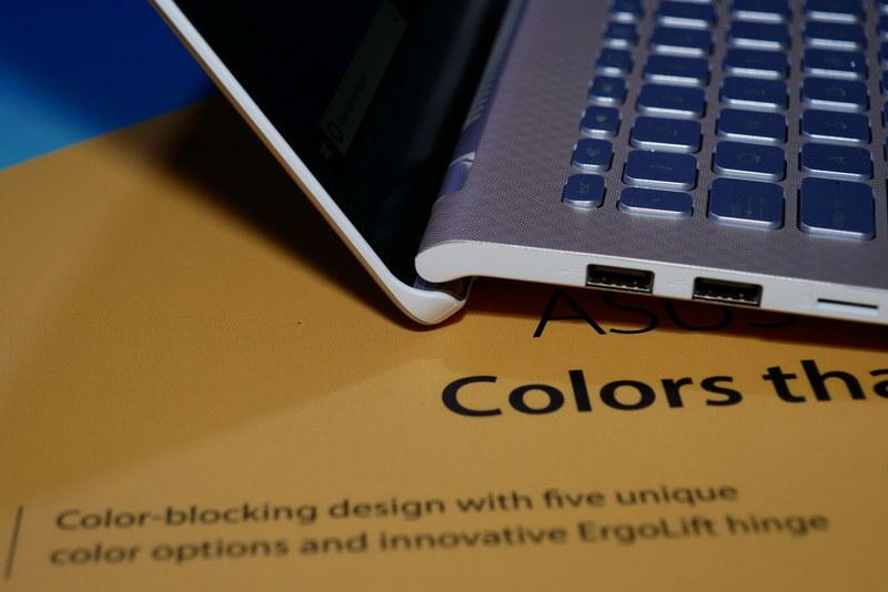 S13やS14同様に、ディスプレイを開くと本体後方が持ち上がるデザインを採用