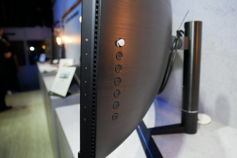 右側面後方にOSD操作用ボタンを配置。ジョイスティックで直感的な操作が可能だ