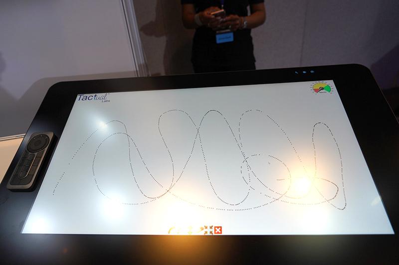 ワコムのCintiq Pro 24でのデモ。150fpsというフレームレートで、ペンの軌跡が「…」になっていることがわかる