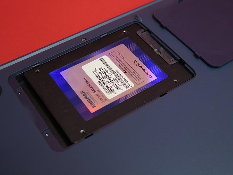 2.5インチのシャドウベイがあり、7mm厚のSSDやHDDを増設可能