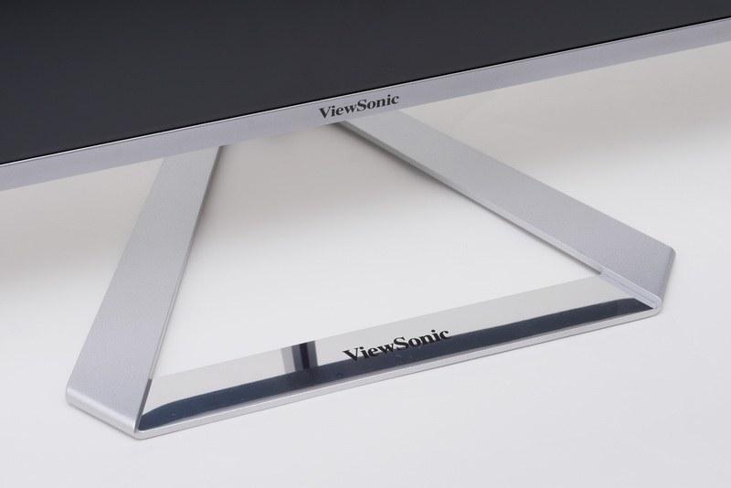 付属スタンド。形状は三角形で、本体をしっかりと支える