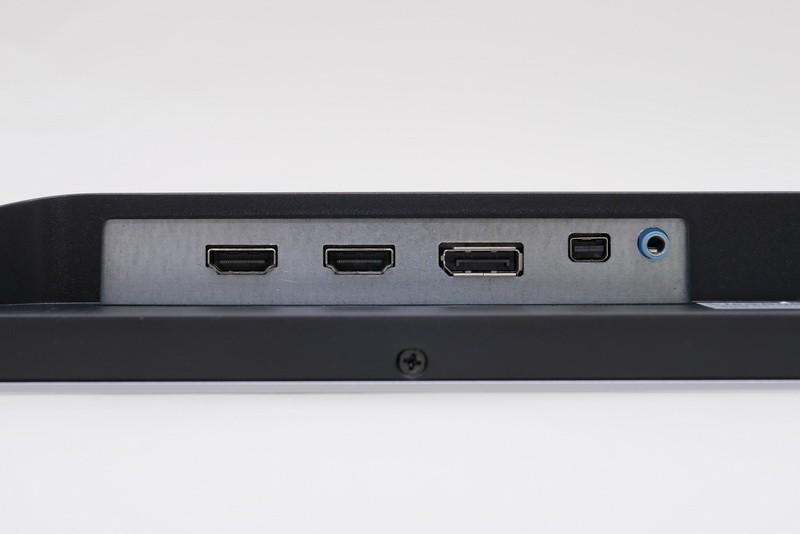 映像入力端子は、、DisplayPort 1.2×1系統、Mini DisplayPort 1.2×1系統、HDMI 1.4×2系統と全4系統を用意。この他、音声出力端子もある