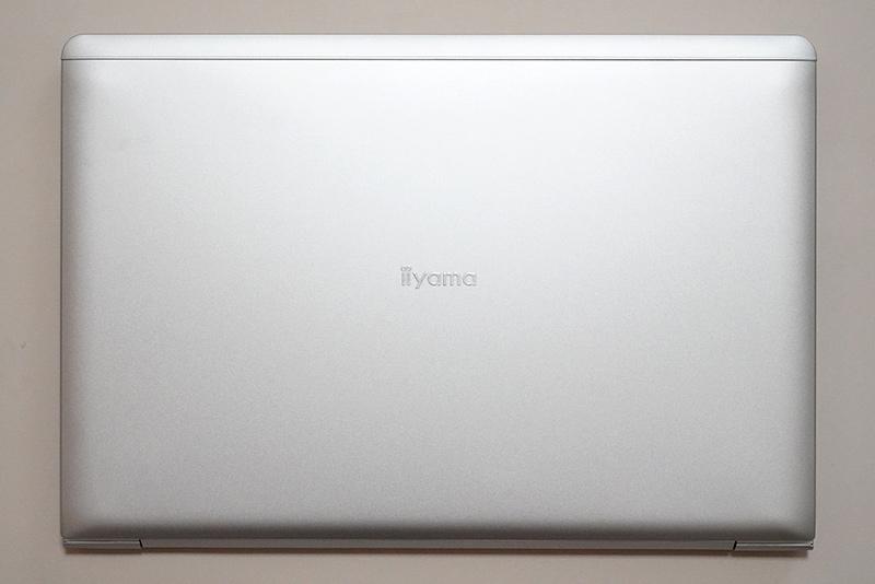 本体天面。中央には「iiyama」のロゴが入っているが、購入時にロゴなしの天面を選択可能だ