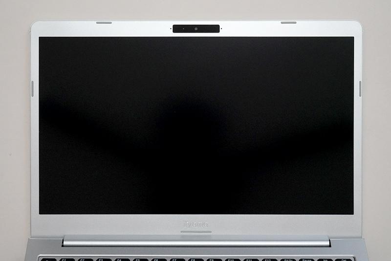ディスプレイ面。14型非光沢フルHD液晶(1,920×1,080ドット)が搭載されている。ロゴなしの天面カバーを選択しても、ディスプレイ下の「iiyama」ロゴは残る