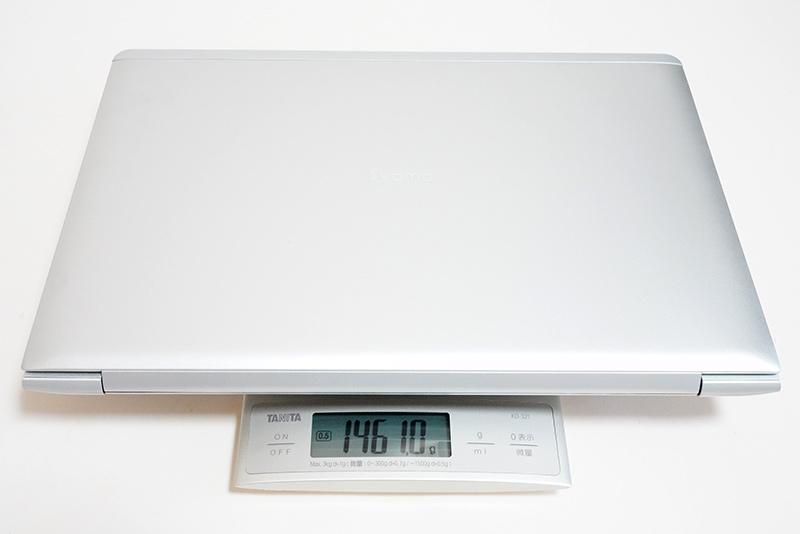 本体の実測重量は1,461g。メモリ、ストレージなどをカスタマイズすると、実測重量はわずかに増える