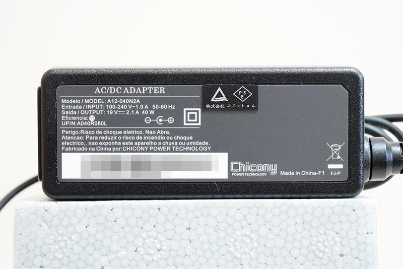 ACアダプタの仕様は、入力100-240V~1.0A、出力19V/2.1A、容量は40W