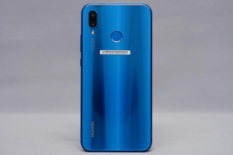 背面。従来モデルからデザインが一新され、背面にも2.5Dガラスを採用。光沢が強く、高級感も十分に感じられる