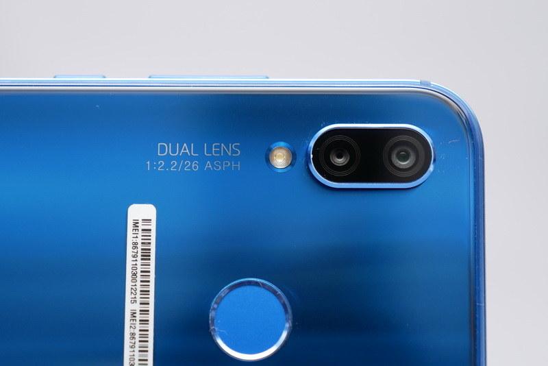 背面のメインカメラは、1,600万画素+200万画素のダブルレンズカメラとなった。また、カメラ横にはLEDフラッシュを搭載している