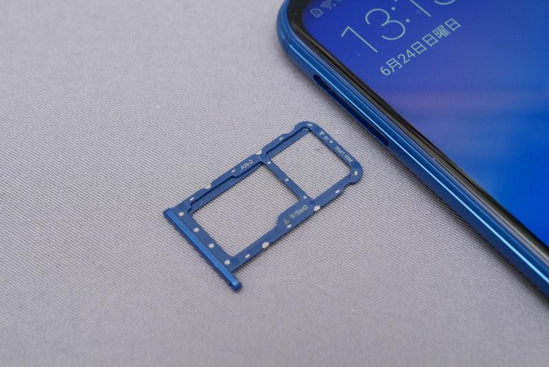 Nano SIMは2枚装着でき、デュアルスタンバイに対応。SIM2側はSIMとmicroSDカードスロットの排他利用となる
