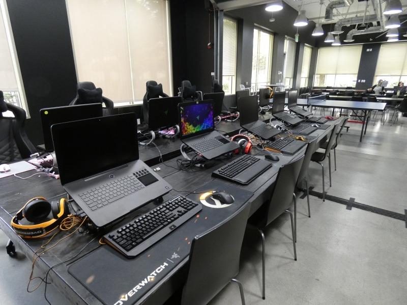 卓球台のほかにRazer製ゲーミングノートPCが10台並んでおり、気分転換にゲームをプレイできるという