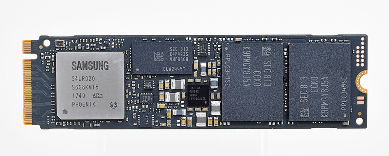 M.2 NVMe SSDの中では唯一3D MLC NANDを採用。基板裏側のラベルに銅箔の層を設けるなどの熱対策も行なわれているが、常に最大性能で使いたいなら別途対策を行ないたい