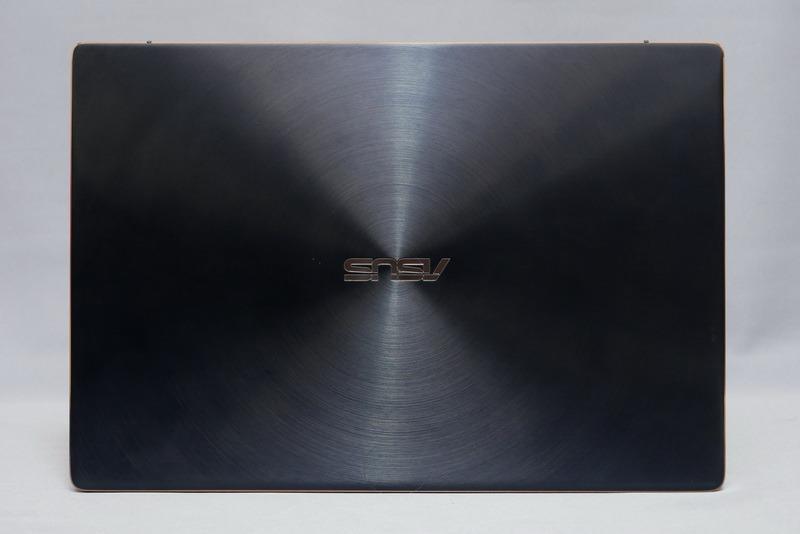 天板。筐体素材はアルミニウム合金を採用。ユニボディ仕様で天板には同心円状のヘアライン処理が施されている。カラーはディープダイブブルーのみとなる