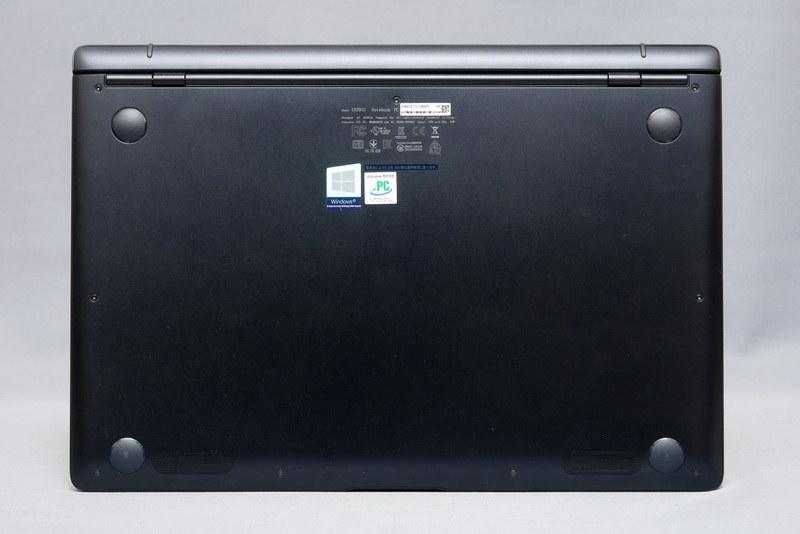 底面。フットプリントは311×213.75mm(幅×奥行き)と、13.3型モバイルノートとして納得のコンパクトさだ
