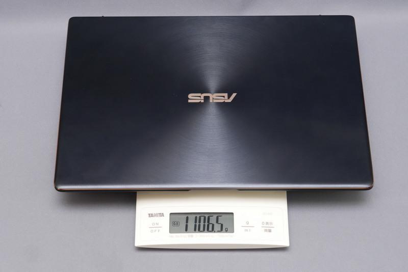 重量は公称1.08kg、実測では1,106.5g。超薄型のため、手にすると数字ほど軽くは感じなかったが、十分に満足できる軽さと言える