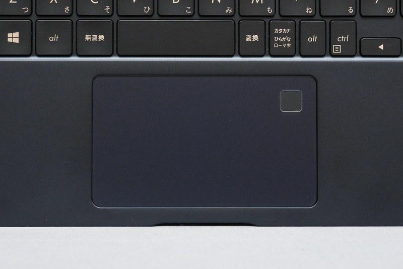 クリックボタン一体型のタッチパッドは申し分ない操作性を確保。右上隅にはWindows Hello対応対応の指紋認証センサーも搭載している