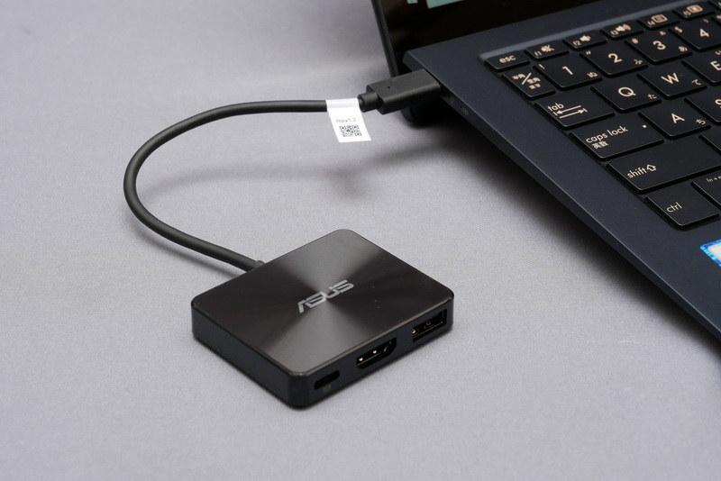 製品には小型のポートリプリケータ「ASUSミニドック」が付属