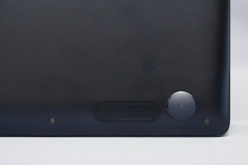 本体底面に高音質ステレオスピーカーを搭載。薄型モバイルノートとは思えない高音質サウンドが再生できる