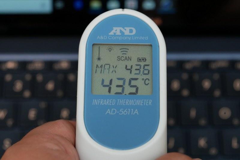 高負荷時にはキーボード後方が40度を超える高温となる。また、高負荷が続くとサーマルスロットリングでCPUクロックが低下する場面も確認した
