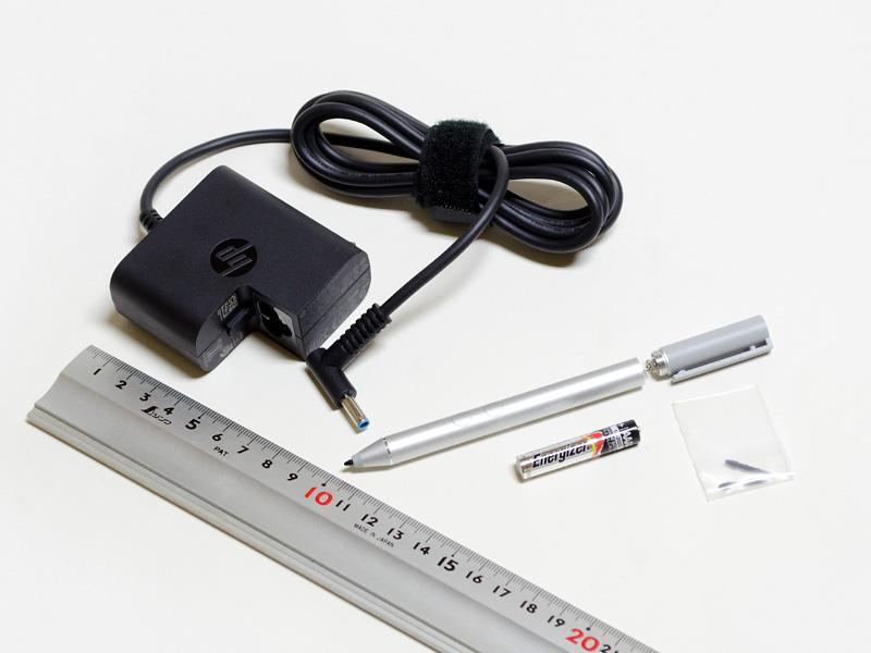 付属のACアダプタとアクティブペン。ACアダプタのサイズは約60×60×30mm、重量166g。アクティブペンは単6電池1本