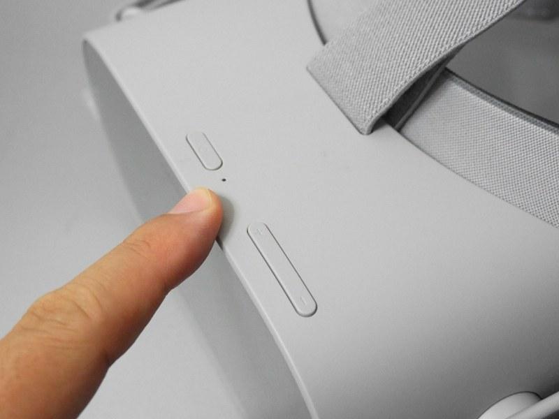 中央に電源ボタン、その隣(写真では手前)に音量調整ボタンを備える。コントローラが使えない時にメニューを選択する役割も備える