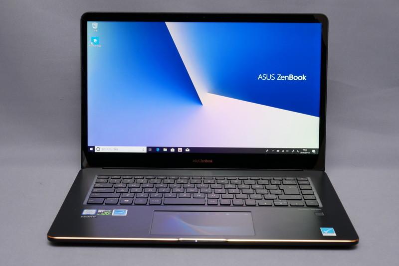 ディスプレイを開いて正面から見た状態。ディスプレイのベゼル幅が狭められているため、15.6型ノートPCとしてはなかなかのコンパクトサイズとなっている