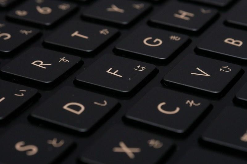 ストロークはやや浅め。タッチは標準的で、しっかりとしたクリック感もあり、打鍵感は良好だ