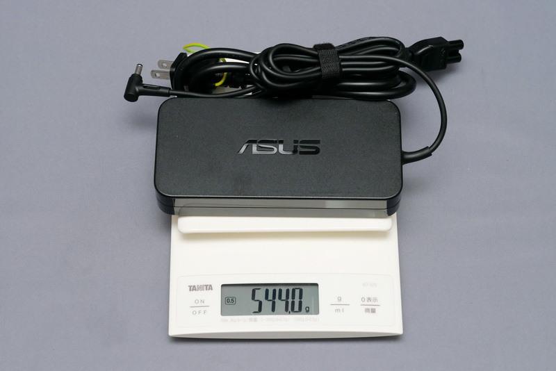 ACアダプタの重量は、付属電源ケーブル込みで実測544gだった
