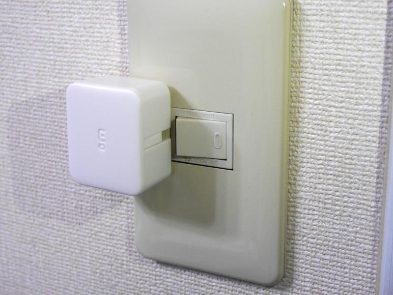 照明スイッチに取り付けた状態。粘着力は強く、一度貼り付けると剥がすのはかなり苦労する