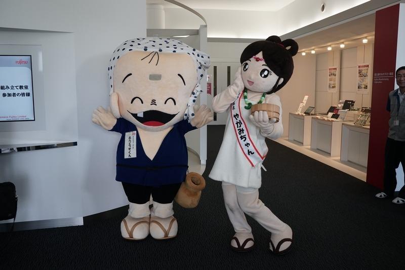 安来市イメージキャラクターの「あらエッサくん」と、湯の川温泉のイメージキャラクターの「やがみちゃん」がお出迎え