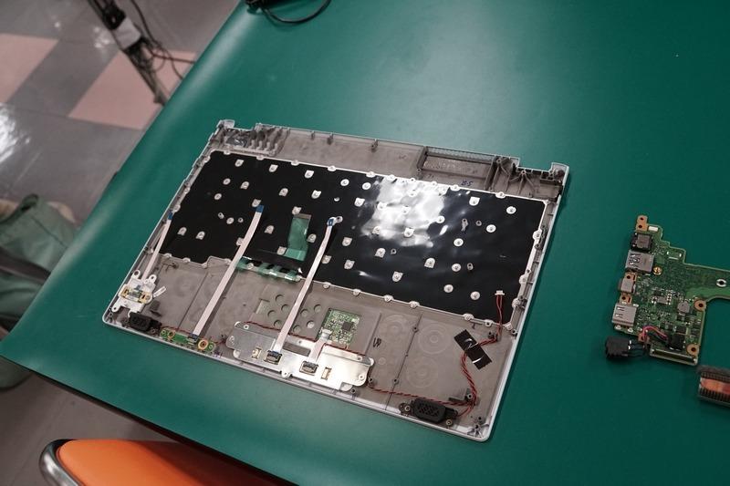 キーボードのあるCカバー。このキーボードのようにある程度の部品は事前に組み付けられていた