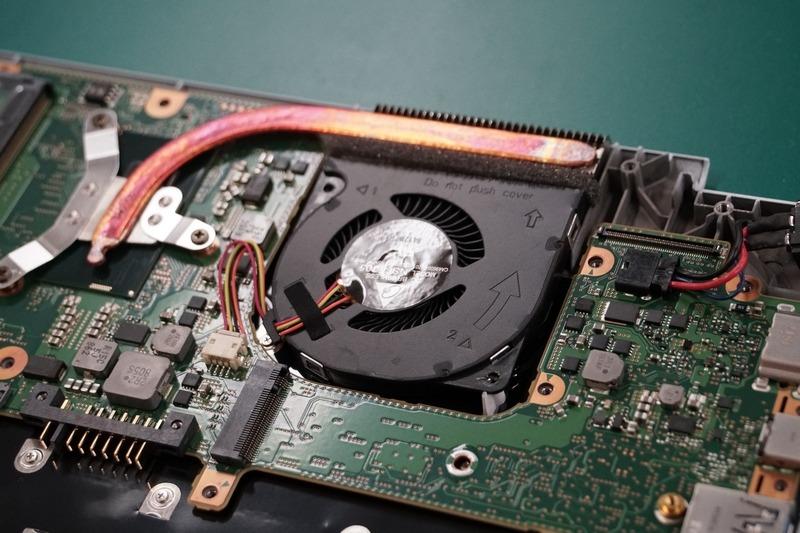 CPUファンを取り付け、電源コネクタを接続し、ネジ留め