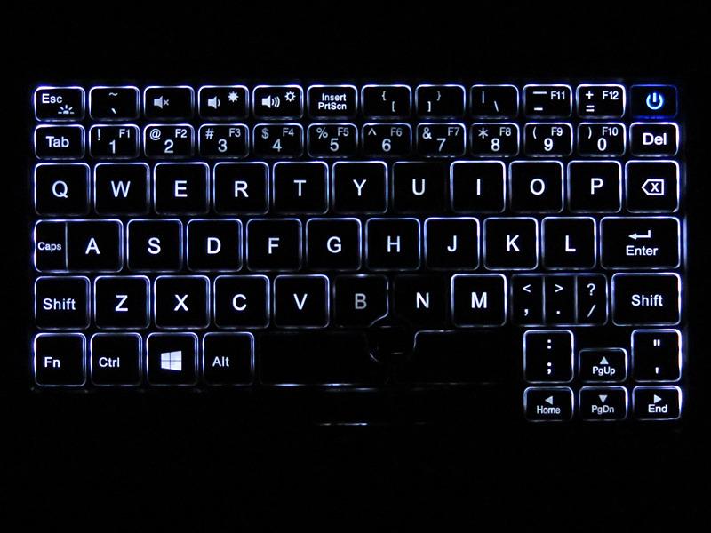 キーボードはLEDバックライトつきで、暗所でも問題なくタイピング可能だ
