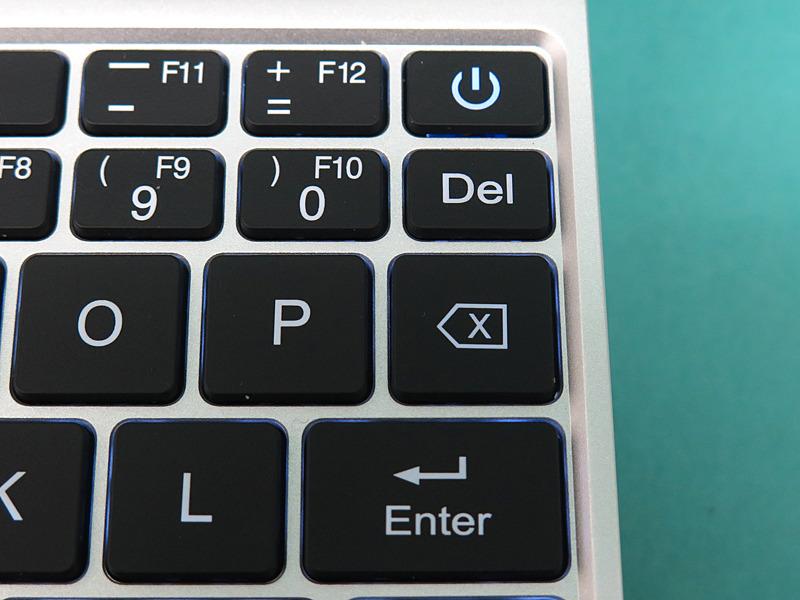 GPD Pocket一番大きく異なるのは右側で、DeleteキーとBackSpaceキーはGPD Pocketとちょうど逆の関係になる