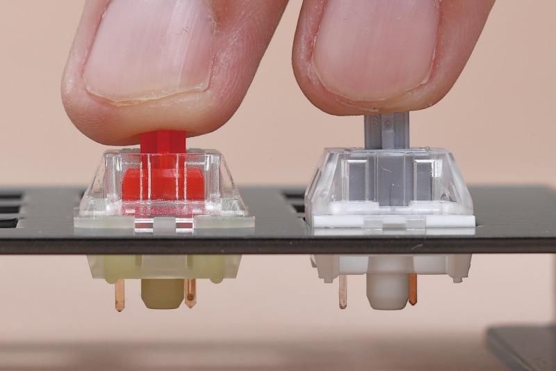 Cherry MX RGB RedとSpeed Siiverのアクチュエーションポイント差は0.7mm。写真はやや誇張されているが、左のRGB Redがある程度押し込まないと反応しないのに対し、右のSpeed Silverはほんの少し押し込むだけで反応する