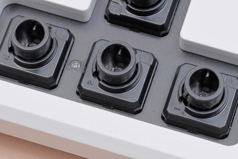 REALFORCEシリーズで有名なスイッチの方式。メカ的接点を持たないので耐久性が高く、スッと沈み込むような独特のタクタイル感に魅せられたファンも多い。機構的には最強だが回路設計が一番難しく、価格も高めなのが最大の難点。ゲーミング向け製品は希少