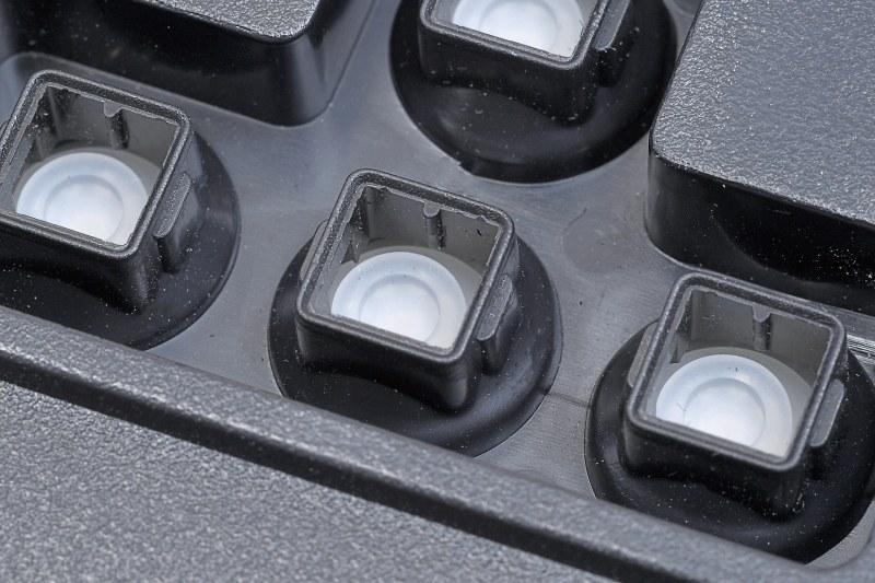 """フィルム基板で回路を構成できるので、安価な製品に多い。メカニカルに比べるとスイッチの精度や高速反応性に劣るが、ソフトな打鍵感と静音性が好みという人も多い。最近はメカ的にクリック感を追加した""""メンブレニカル""""というタイプも出現している"""