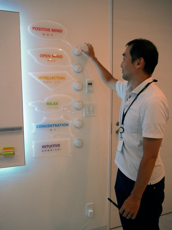 デザインシンキングルームは用途にあわせて照明を変えることがで