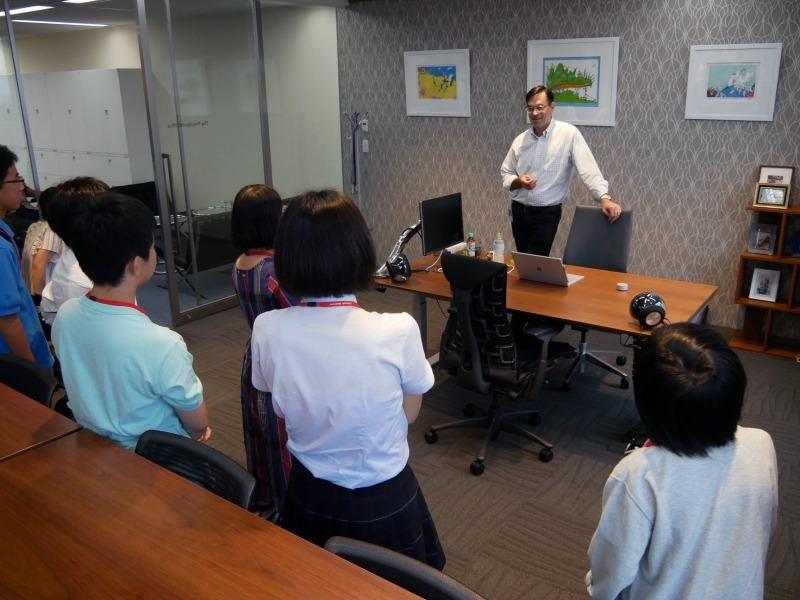 平野社長の社長室を訪問する参加者